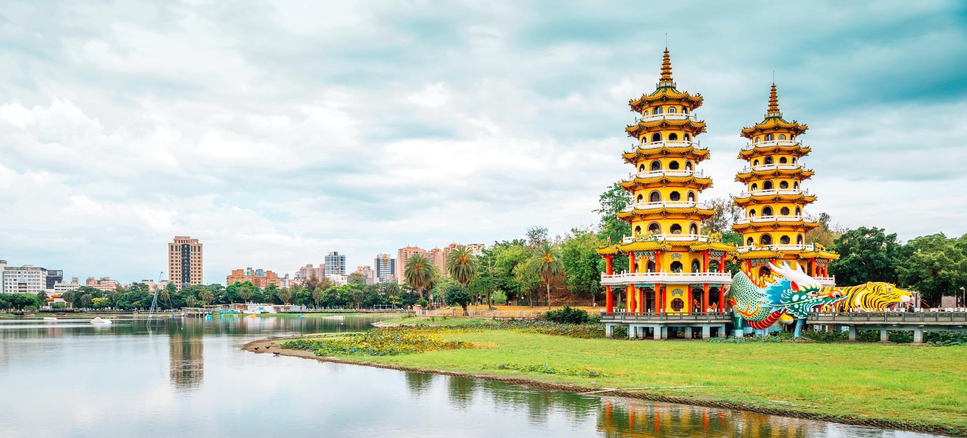 Tour du Dragon Tigre sur le lac Lotus à Kaohsiung à Taiwan